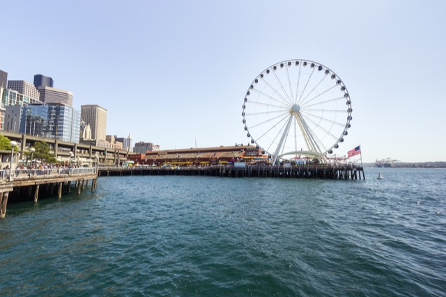"Large Ferris wheel in Seattle called the ""Great Wheel"""